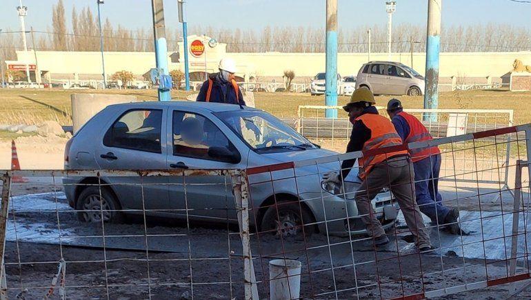 No advirtió que había una obra y se enterró en el cemento fresco con su auto
