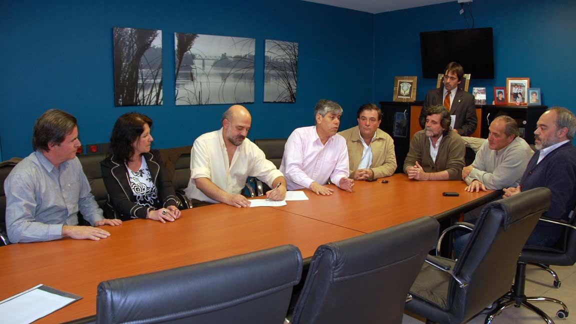 Peralta firmó convenios con Educación y Tren Patagónico
