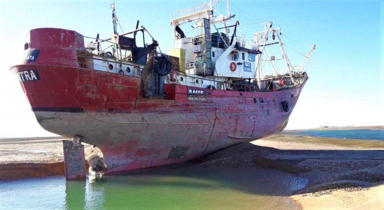 Un buque pesquero varó al zarpar del muelle de San Antonio Oeste