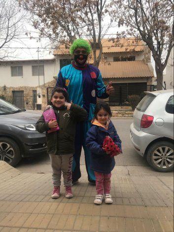 Taxista se disfrazó de payaso para repartir golosinas y sonrisas a los niños