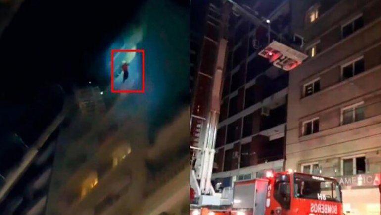 Impactante: futbolista se colgó de un balcón para escapar del fuego