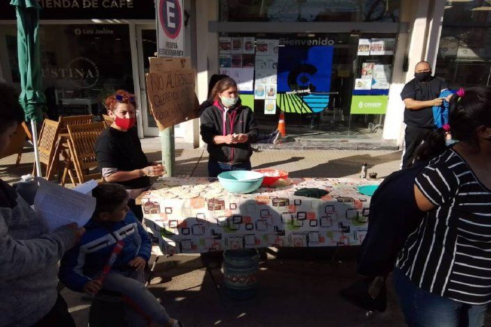 Comenzó la protesta de ocupantes con tortas fritas frente a la Muni