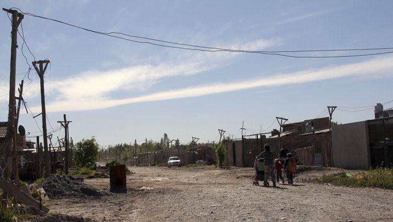 Los pobladores de cinco barrios populares cipoleños accederán a una adecuada prestación en materia de electricidad.