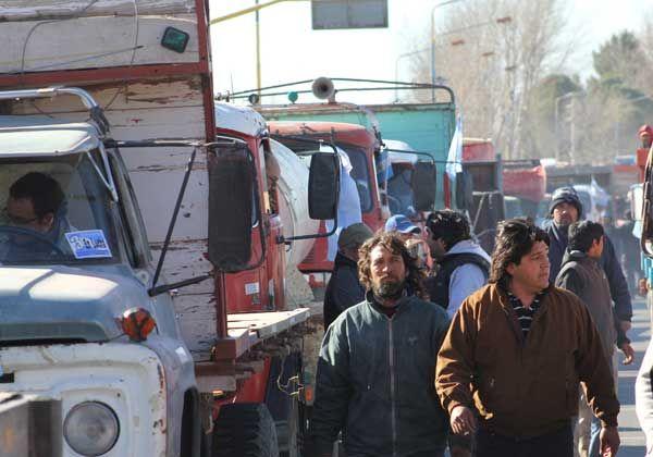 """Camiones de """"tercera generación"""" se manifiestan en la Ruta 22"""