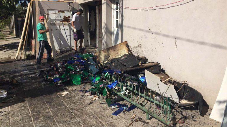 Anoche se incendió la farmacia Cruz del Sur y hubo graves destrozos