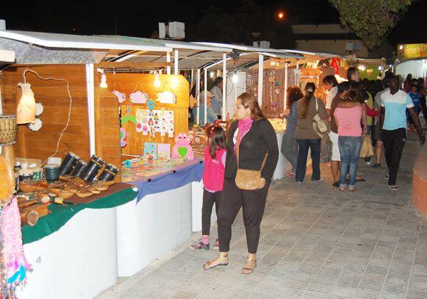 La noche de Las Grutas tiene una feria y arte callejero