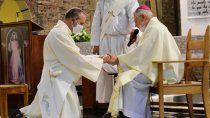 es viudo, padre de dos hijos y se convirtio en sacerdote