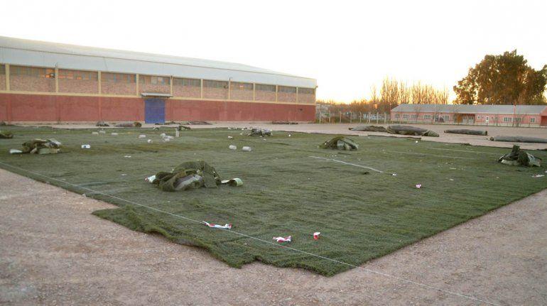Los rollos de césped sintético ya se distribuyen cerca del Estadio Municipal.