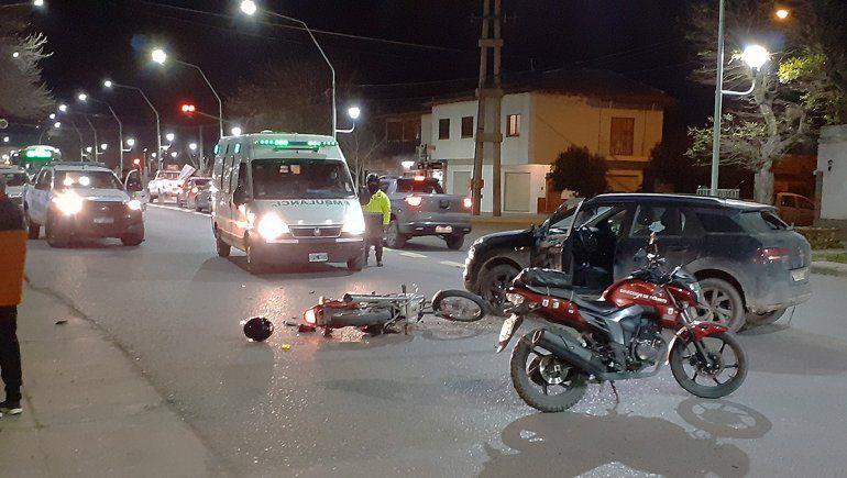Dos heridos en terrible accidente entre una camioneta y una moto