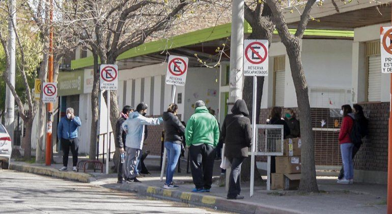 Las filas para hisoparse llegan a dar vuelta la cuadra en el hospital viejo.
