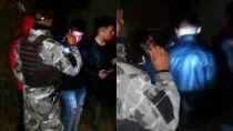 escandalo: hicieron una fiesta clandestina en el barrio santa rosa y los atrapo la policia