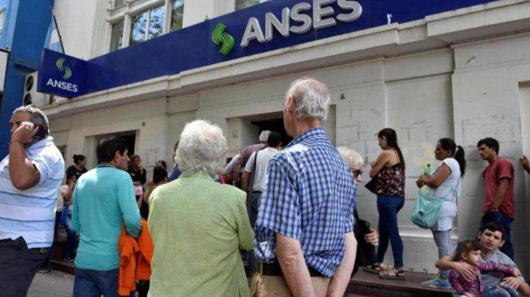 Por la aceleración de la inflación, analizan otorgar un nuevo bono a jubilados