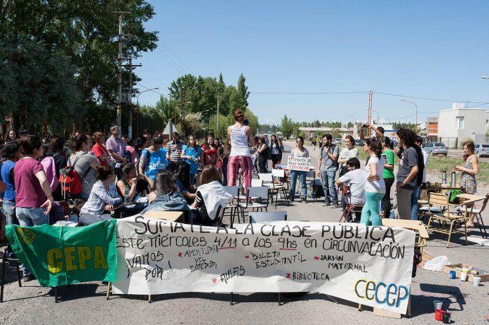 Estudiantes Universitarios realizaron hoy una clase pública en Avenida Circunvalación e Yrigoyen. Están reclamando varios puntos.