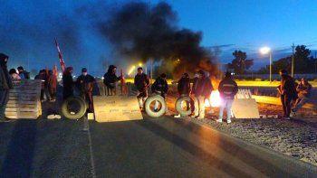 trabajadores de zanon bloquean ruta 7 porque les cortaron la luz