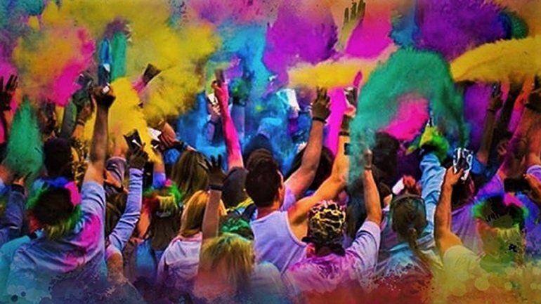 La fiesta de los polvos de colores llega a la playa de Las Grutas