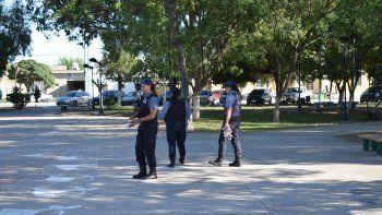 El día después del hecho la policía hizo pericias en la plaza donde ocurrieron los hechos, frente a la Comisaría.
