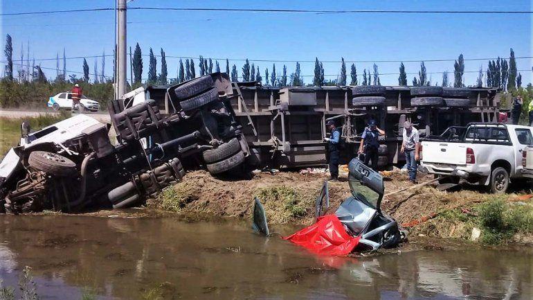 Un muerto en un terrible accidente entre un auto y un camión en la Ruta 151