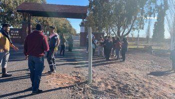 mapuches ponen barrera en mari menuco y quieren controlar el ingreso