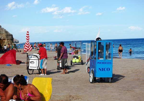 Más de 130 vendedores ambulantes en la playa de Las Grutas