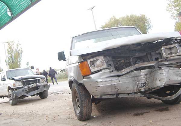 Violenta colisión entre tres vehículos