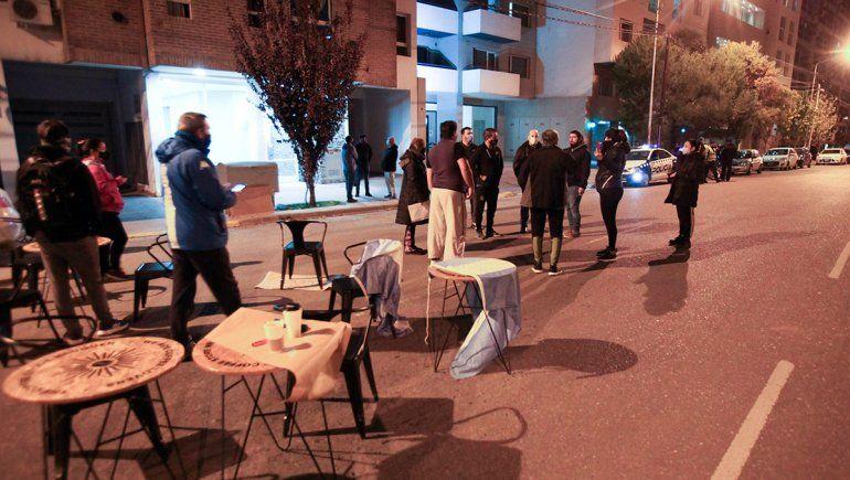 Una cafetería se rebeló y atendió presencial en plena avenida Leloir