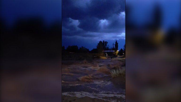 El Chocón: la tormenta causó desbordes en la Ruta 237 y un rayo dejó medio pueblo sin luz