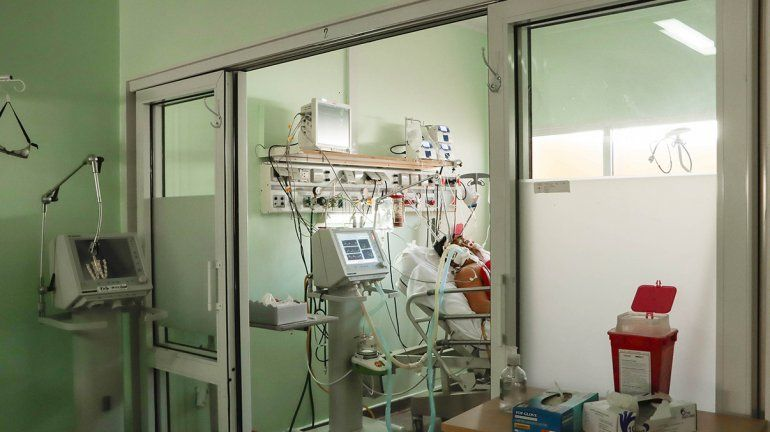 Seis pacientes con Covid en el hospital esperan que se libere una cama