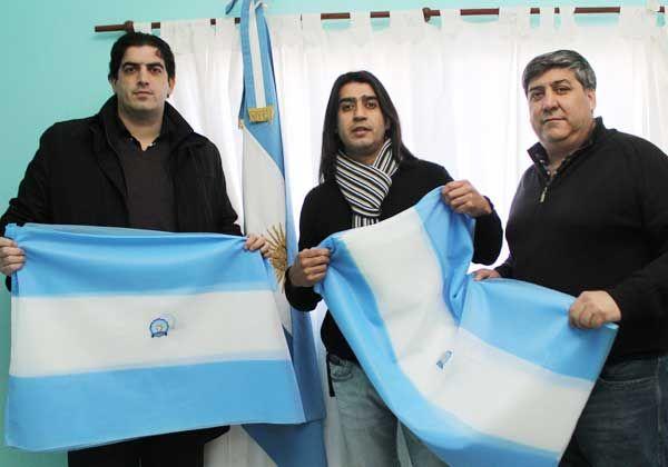 San Martín regala banderas argentinas en su barrio