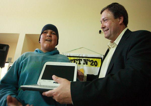 Weretilneck entregó netbooks en Lamarque