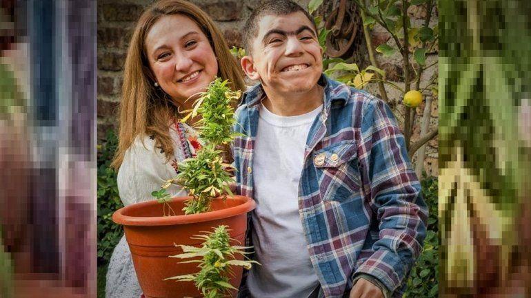 Fernanda Canut y su hijo cultivan Cannabis medicinal.
