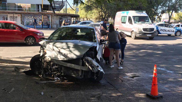 Caos en plena Avenida de Neuquén por un violento choque entre dos autos