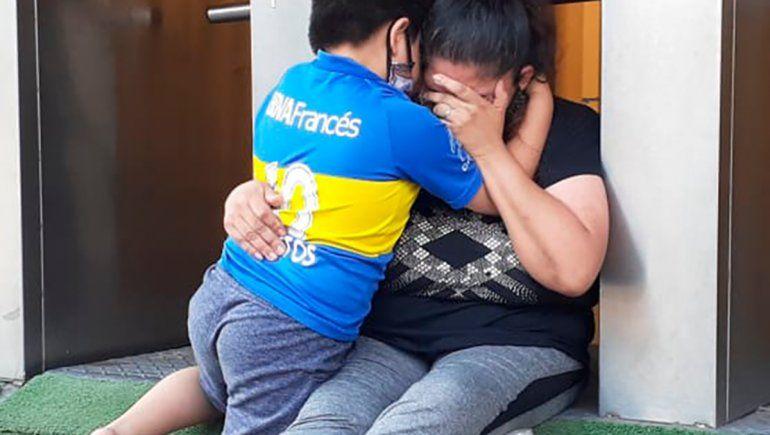 Dolor mundial: la imagen viral del desconsolado abrazo de un nene en La Bombonera