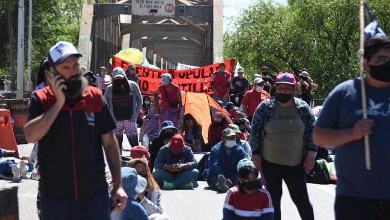 Organizaciones sociales cortaron los puentes, Autovía Norte y Ruta 22