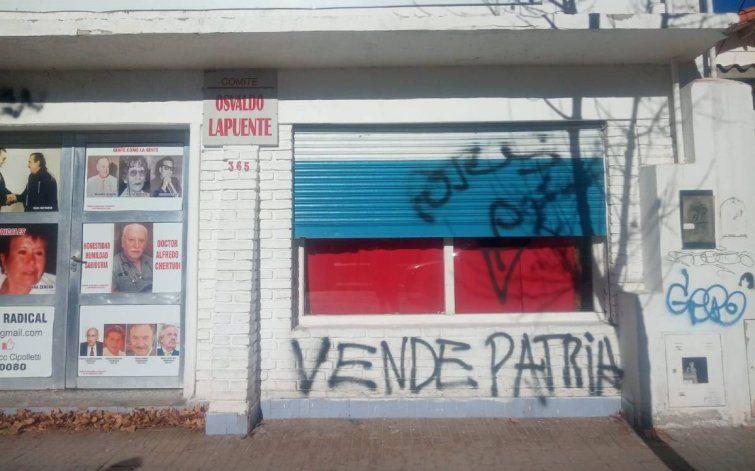 Bronca en el radicalismo por pintadas en el Comité