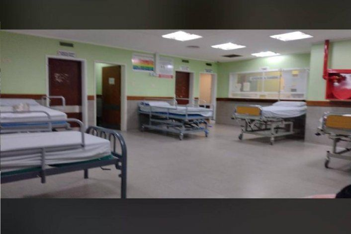 Hay camas de internación en la sala de espera del hospital