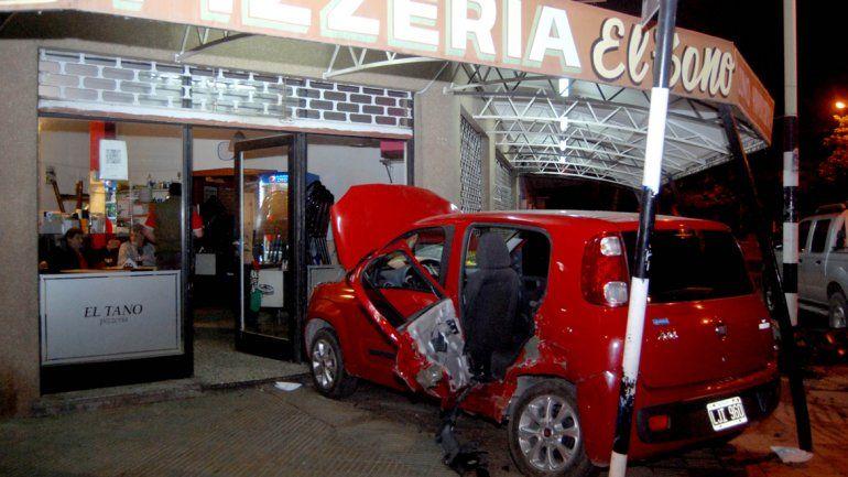 El Fiat Uno terminó incrustado en la reconocida pizzería cipoleña El Tano.
