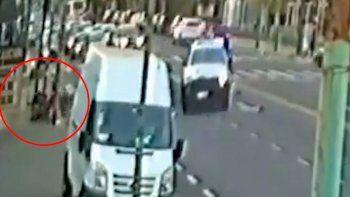 Patrullero cruzó en rojo, atropelló y mató a un motociclista