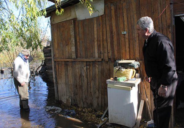 Asisten a damnificados por crecida del río Neuquén
