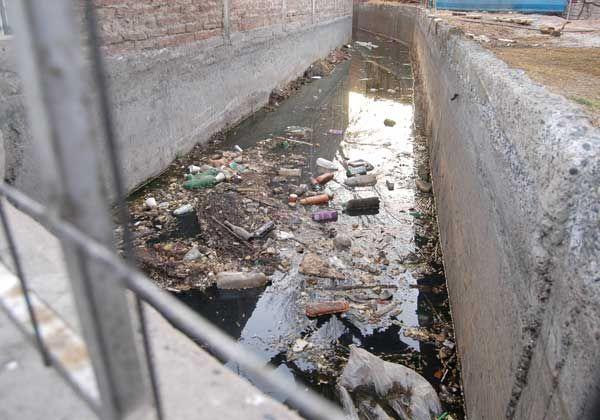 Basura y contaminación en canales a pocos días de la temporada de riego