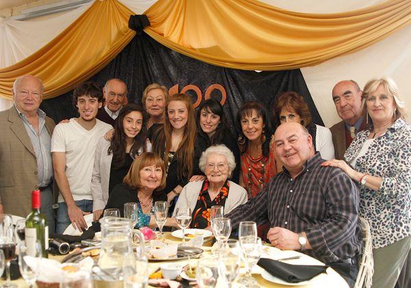 Rodeada de familiares y seres queridos, festejó un siglo de vida
