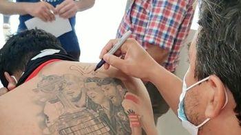 Gallardo le firmó la espalda a un hincha con un increíble tatuaje
