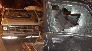 destrozaron varios autos de un taller y apedrearon una casa