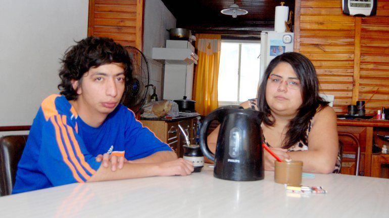 Anita y Francisco Balmaceda no tienen un lugar donde vivir y esperan que la comunidad les de una mano para olvidar el maltrato diario que sufrieron.