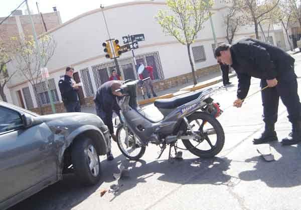 Auto en llamas y motociclista lesionado