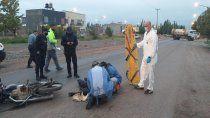 motociclista esquivo el lomo de burro y choco: hay dos heridos graves