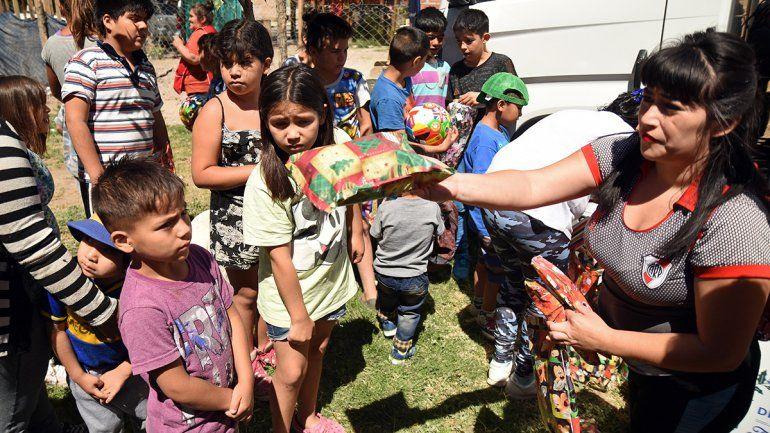 La alegría de los niños al recibir un regalo en las vísperas de Navidad