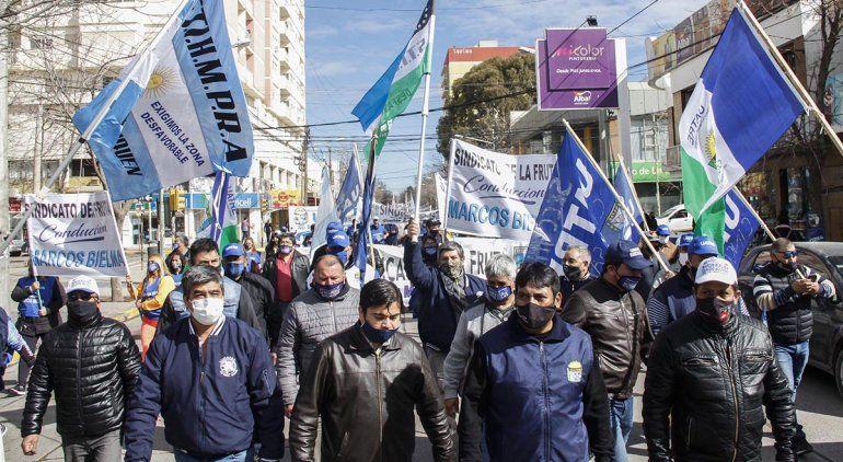 Masiva marcha de trabajadores de la fruta en Cipolletti