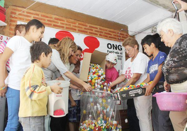 Niños solidarios juntan tapitas por María Paz