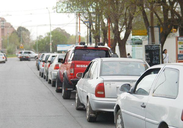 Volvieron las colas de autos para cargar combustibles