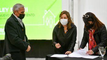 cipolletti: firmaron el contrato de obra para el barrio espejo i